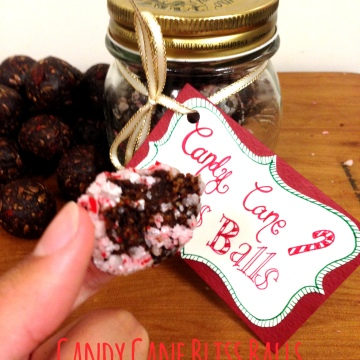 Candy cane bliss balls DIY secret santa gift christmas crafts. Bliss Balls with dates, nuts and goji berries coated in candy canes.